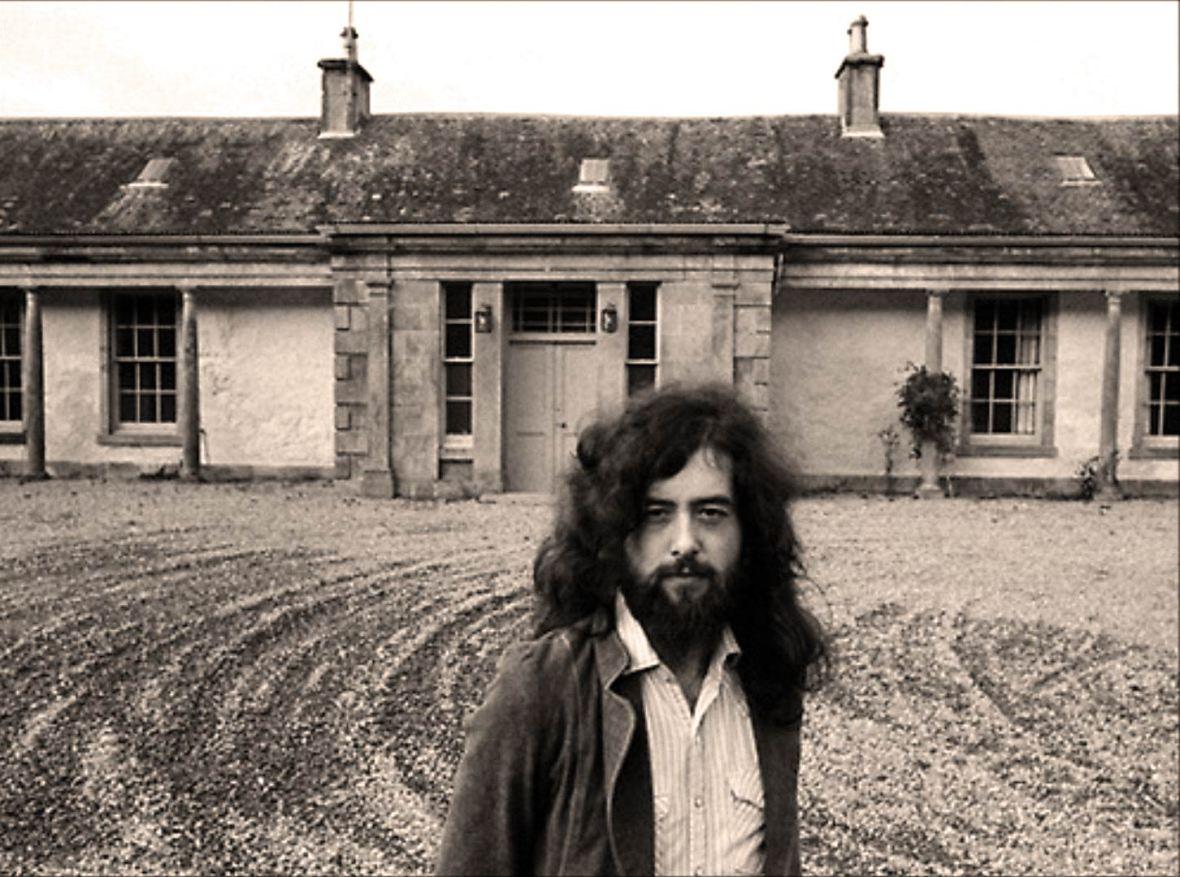 Page em frente a casa que pertenceu a Aleister Crowley